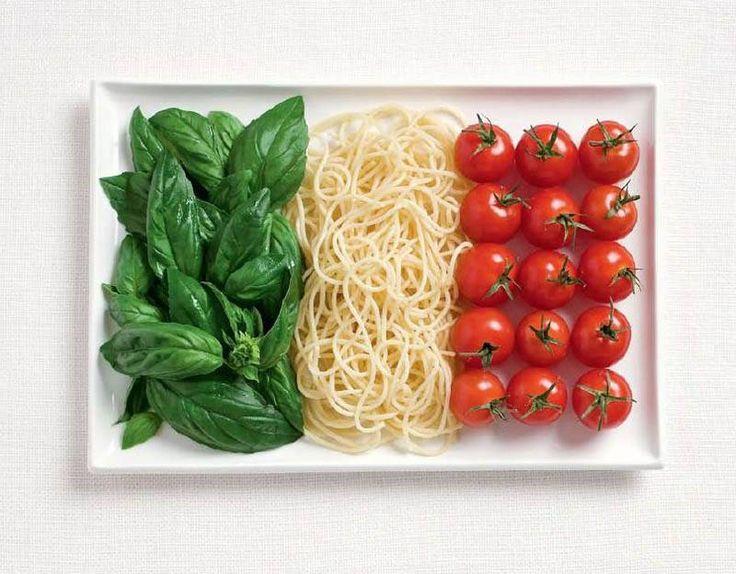 In Italia un grande classico: spaghetti, basilico e pomodoro