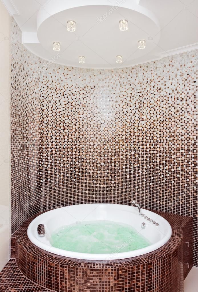 badkamer bad mozaiek | Witte ronde jacuzzi in moderne badkamer met bruin mozaïek en teller ...