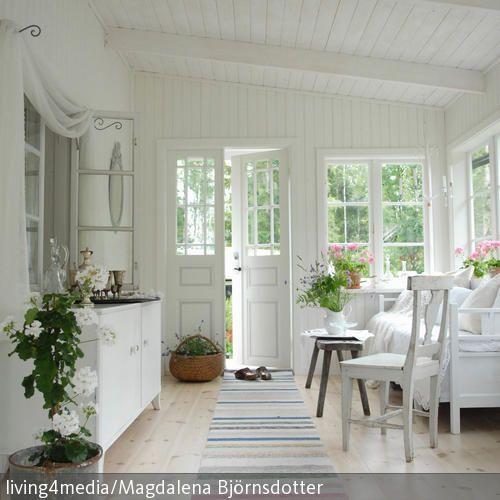 Das Landhaus begrüßt seine Besucher mit einer freundlichen,hellen Atmosphäre und duftenden Blumensträußen – mit einem direkten Zugang zum Wohnbereich.  …