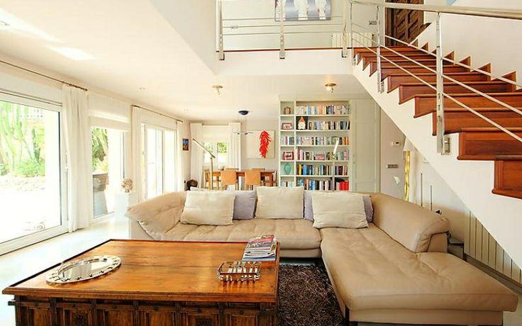Un beau salon moderne et chaleureux dans une belle maison à alicante vous en