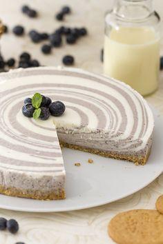 Un dessert davvero particolare e fatto apposta per...ipnotizzare chi la assaporerà! E' la #cheesecake #zebrata, realizzata con l'aggiunta di #latte #condensato e #mirtilli, per un effetto ottico a #spirale davvero invitante! #ricetta #GialloZafferano