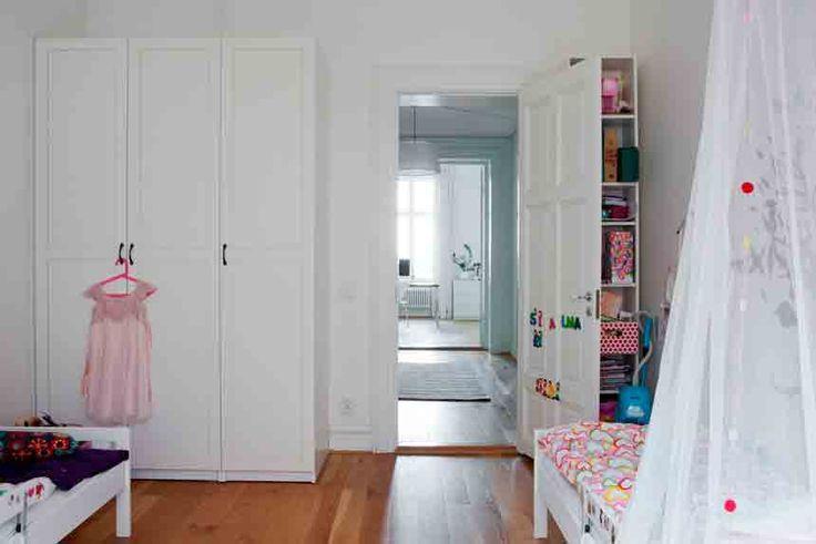 Скандинавский интерьер в Швеции, квартира в Мальмо, детская комната для двух детей, сказочная детская, белая мебель для детской, кроватка с балдахином