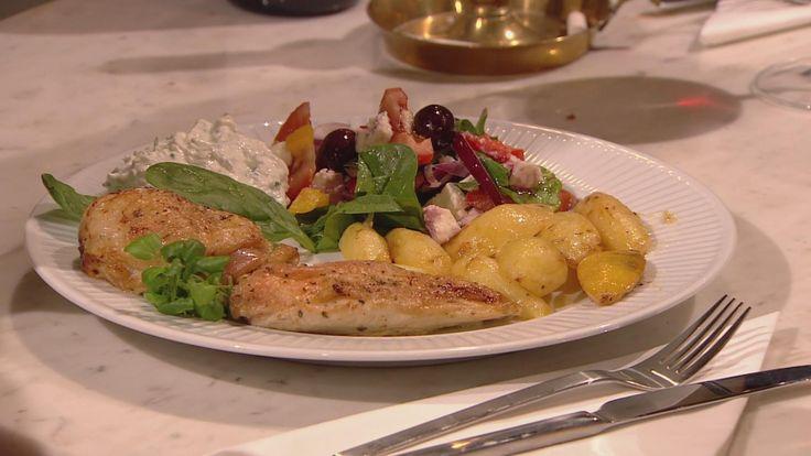 Billede af græsk citronkylling, kartofler, tomatsalat og hjemmelavet tzatziki.