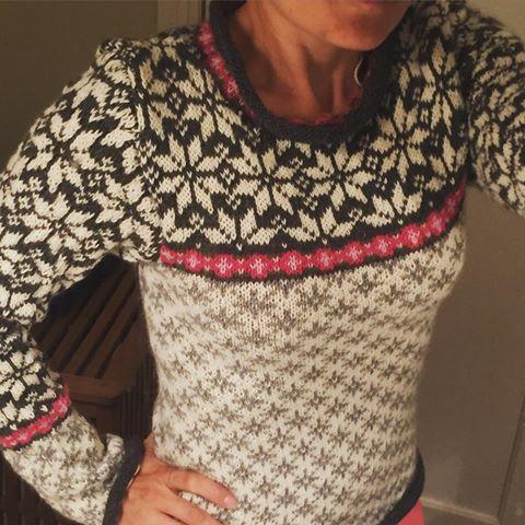 Den mangler en masse sy arbejde, men nøj hvor er jeg stolt!!! Min første ægte norske kofte i voksen størrelse. Hold da op et stort arbejde. Men det er så meget det værd. #strik #strikk #kofte #norsk #norskstrik #norskkofte #knit #knittingaddict #knitting #knitted #knittersofinstagram #strikking #strikkemamma #strikketøy #koftestrikk #snøkrystal #dustorealpakka #strikaf