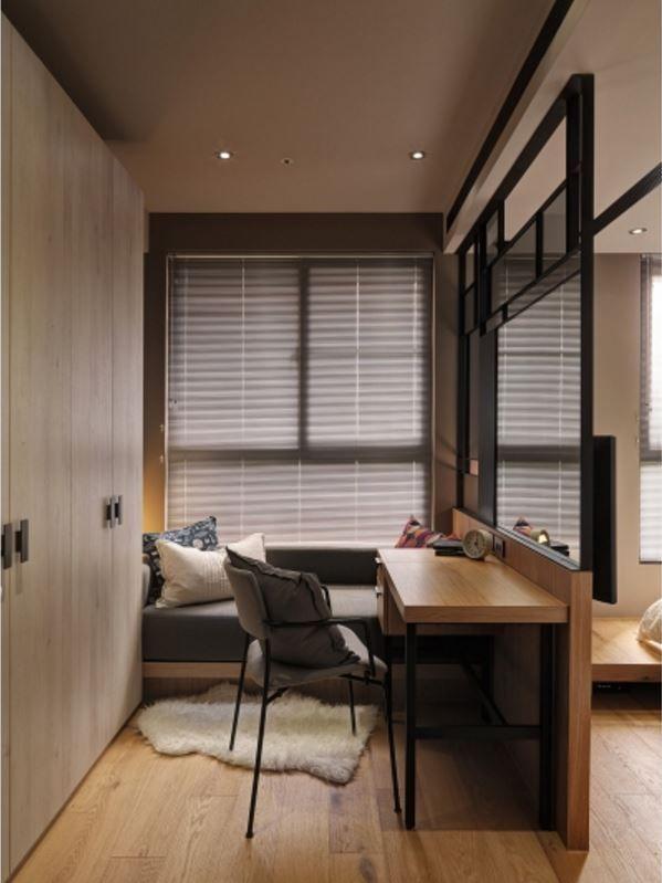 오늘은 무드있는 로프트 스타일의 아파트 인테리어를 소개해 드려요 REZO(日作空間設計) 스튜디오가 리모델링한 대만에 있는 35평 아파트 인데요 레드 브릭월과 블랙 프레임의 글래스 파티션, 천장의 파이프라인 조명 등 인더스트리얼 느낌의 인테리어에요 트렌디하면서도 정돈된 느낌을 좋아하시는 분이라면 참고하시면 좋을 그런 3 베드룸의 스타일리쉬한 아파트 인테리어 입니다 ▶ FabD(팹디) 채널 ◀ PHOTO : 游宏祥 via RE..