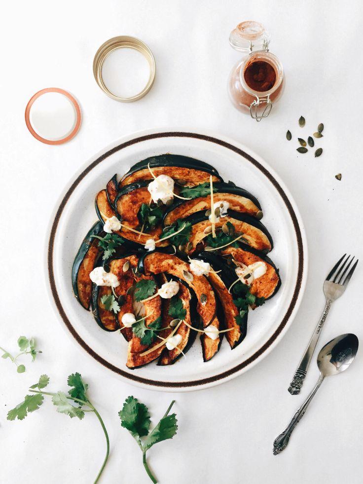 Voici un plat de courge poivrée rôti qui constitue un super accompagnement à mille et une recette. Peut-être même mille et deux. Je l'ai personnellement dégusté avec mes belles boulettes de q…