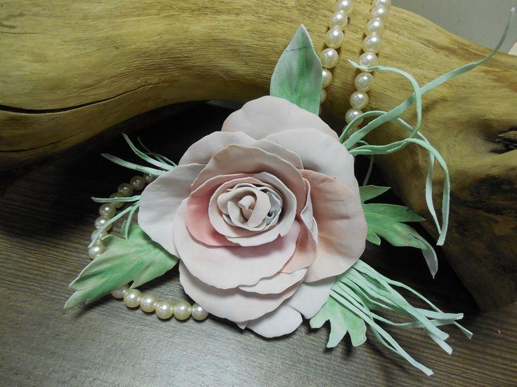 Браслет для свидетельницы Примадонна с крупной нежной розой из фоамирана на розетке из светлых листьев и веточек