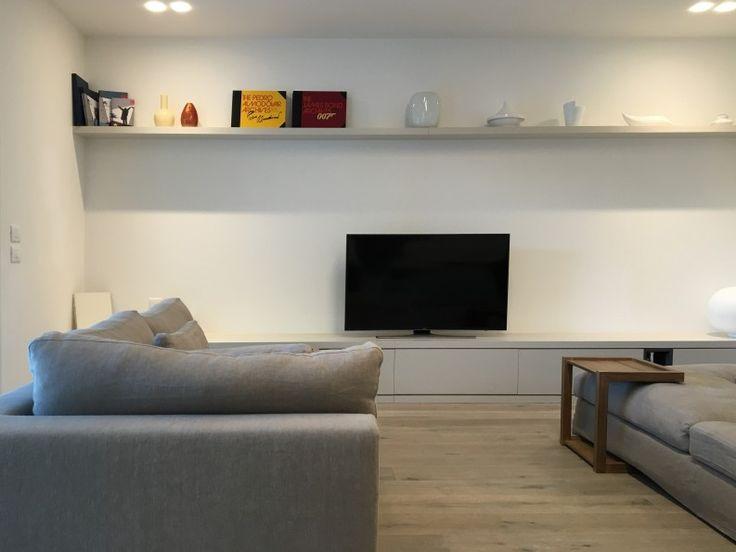 Appartamento al Lido di Venezia | Mobile TV basso | inserti a giorno | mensola | tavolo Ethnicraft | le nuove kucine