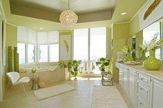 Spacieuse et élégante salle de bains dans des couleurs vertes pétillantes