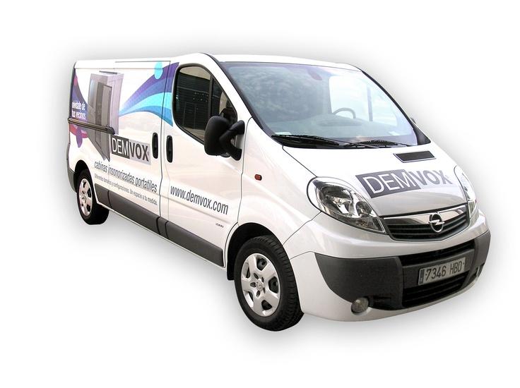 Demvox.com. Cabinas Insonorizadas Portátiles. Rotulación de furgoneta.