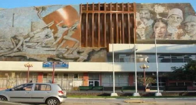 Parte intervención artística a mural de Teatro Municipal de Antofagasta