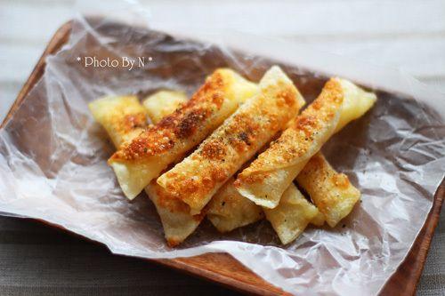 こんにちは。レパートリーが増える「ひとり暮らしのための、簡単でおいしい料理」管理栄養士&フードコーディネーター*爽健美家です。今日は、はじめてのおつまみ仕事が…  /  【餃子の皮でパリパリチーズ焼き】  *材料* ・餃子の皮 7枚 ・ピザ用チーズ 40g ・水溶き小麦粉 適宜 ・植物油 適宜 ・黒こしょう 適宜  *作り方* (1) 餃子の皮にピザ用チーズを乗せ、端からくるくると巻いていく。   巻き終わり1/3の皮のフチに、水溶き小麦粉を塗る。   端も水溶き小麦粉を塗り、しっかりととじる。 (2) フライパンに多めの植物油を入れ、   弱火でこんがりと焼き色がつくように揚げ焼きにする。 (3) 器に盛り、黒こしょうを降る。  /《my覚書: 黒胡椒の代わりに塩を振っても美味っ♪》