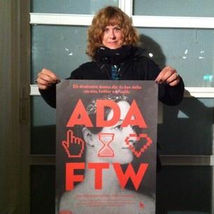 Cecilia håller stolt upp affischen strax innan premiären