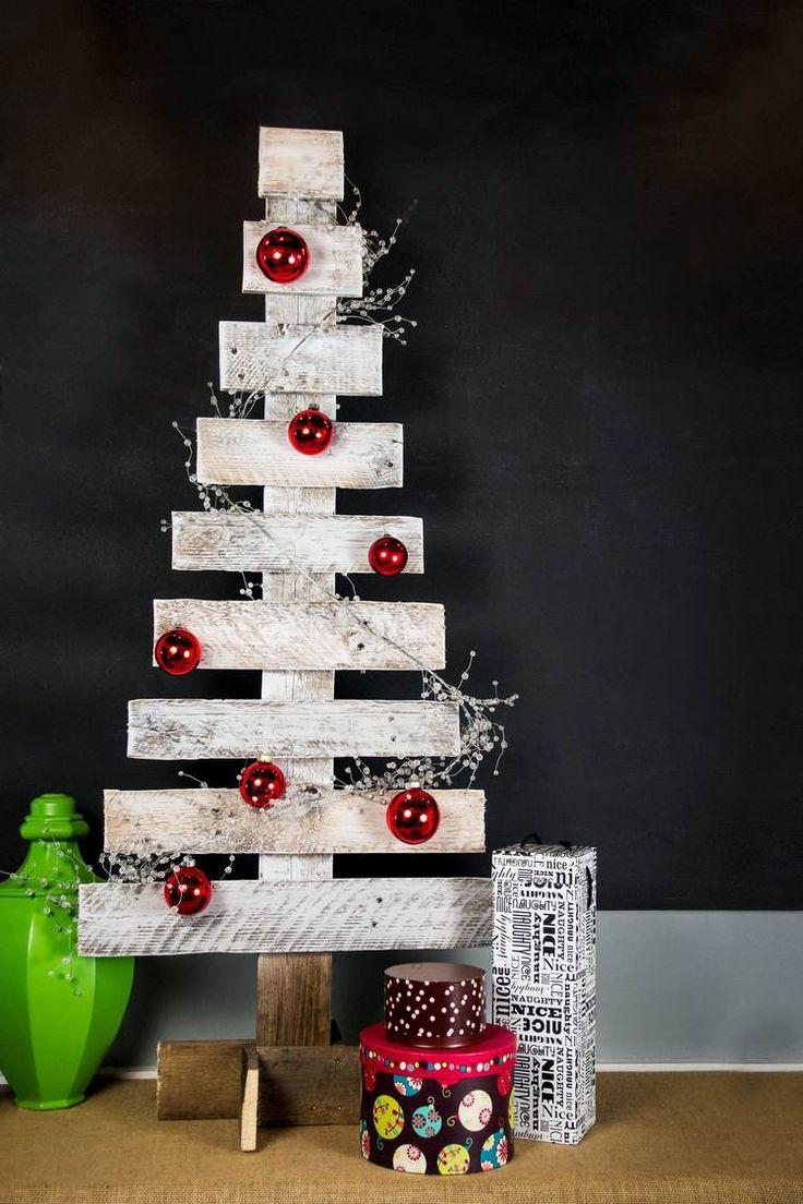 sapin de Noël en planches de bois peintes blanches décorées de boules