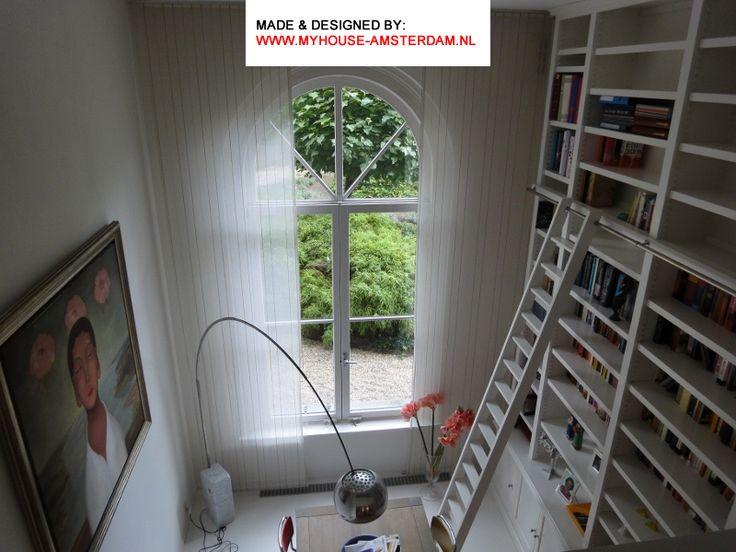 High bookcase and painting in high space. Mooie maatwerk hoge boekenkast door www.myhouse-amsterdam.nl