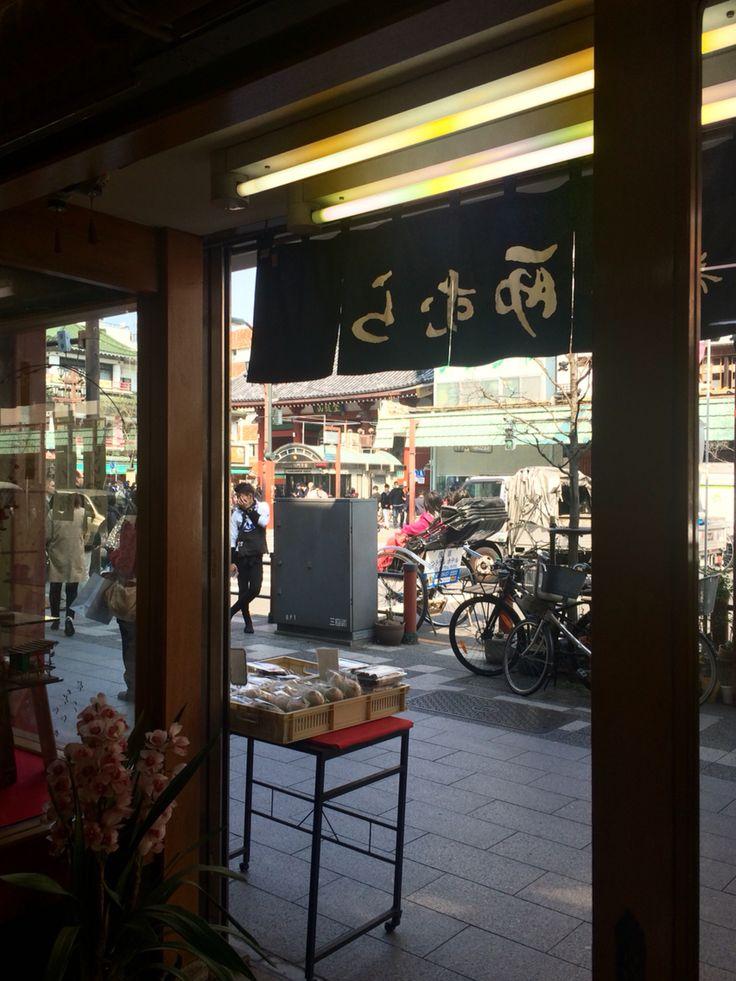 Looking at Kaminarimon from Nishimura, Japanese sweets shop.