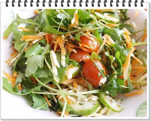 Čo potrebujete: hrsť rukola, 5-6 ks cherry paradajky, šalátová uhorka, 1 mrkva, 50g tvrdý syr, šalátové korenie, olivový olej  Do misky dajte rukolu, na polovicu pokrájané paradajky, pár plátkov šalátovej uhorky, nahrubo nastrúhanú mrvku, nahrubo nastrúh