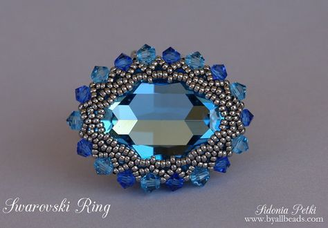 He encontrado este interesante anuncio de Etsy en https://www.etsy.com/es/listing/218882124/swarovski-ring-tutorial-beaded-ring