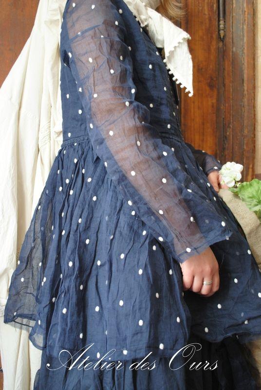 MLLE PLUMETIS : Robe bleu nuit coton et organdi EWA IWALLA, veste rayée Les Ours - Atelier des Ours.