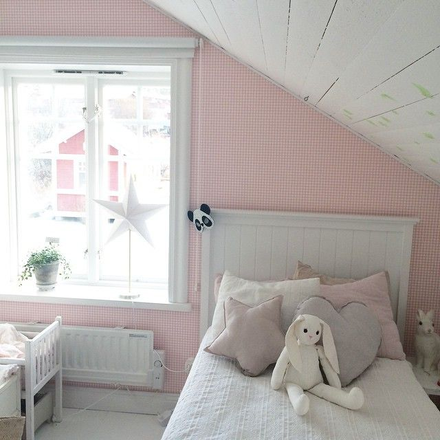 Vi är så nöjda med Theas nya säng från #miomöbler #elvira så Albin ska få en likadan. #barnrum #flickrum #sandbergs #numero74 #himla #loppisfynd #lekstuga