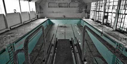 """""""Forbidden Places"""": Verlassene und gruselige Sehenswürdigkeiten. Verlassenes Schwimmbad im ehemaligen Olympischen Dorf von 1936 bei Berlin (Foto: Forbidden-Places.net)"""