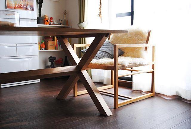 ヒュッテテーブル。ナラ材-オイルフィニッシュ。W1500 D900 H720。  イメージは木工所の作業台や山小屋におかれているようなテーブルを野暮ったくなくスタイリッシュに。実際にもぐらつきなくどっしりはしているが、エックスの形は視覚的によりどっしりと安定感を感じられる。 最近、#IKEA の #シープスキン のラグを買ってベビーベットチェアにガバッとかけて座っているんだけど、暖かいし背中やおしりの当たりがとても柔らかいし、座り心地も見た目も気分もラグジュアリーですごくいい。  #家具 #furniture #木工 #wood #woodwork #インテリア #interior #デザイン #design #order #oak #オーク #暮らし #life #home #table #テーブル #dining #ダイニング #bench #ベンチ #hütte