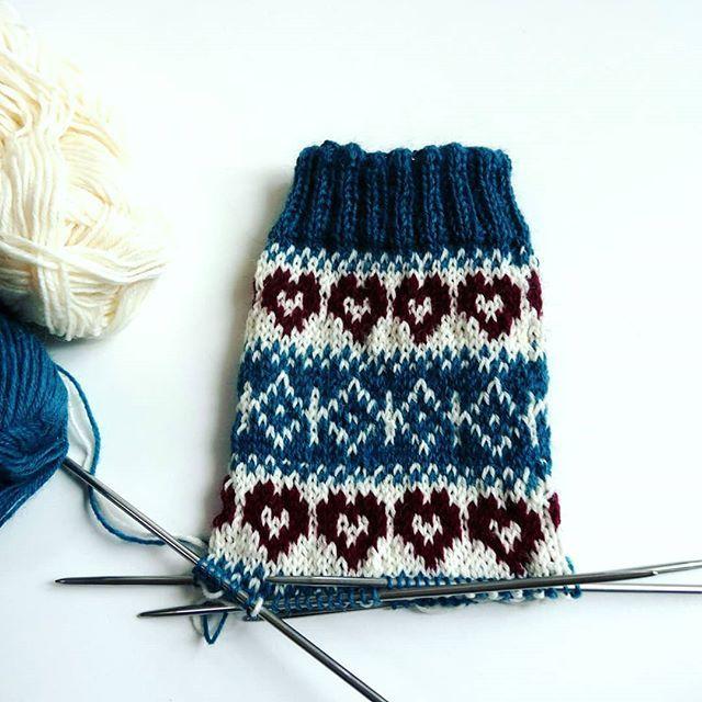 Oh, ich bin #verliebt in die Farbkombi meines neusten Socken-Paares! Habt einen winterlich-gemütlichen Sonntag, ihr Lieben...#knittersofinstagram #knittinglove #knitstagram #strickliebe #stricken #sovielwollesowenigzeit #strickzeit #handknit #handmade #diy #handgemacht #imademyclothes #lisibloggt #bloggerlife #blogging #winter #iamaknitter #knittersgonnaknit #sockenstricken #socken
