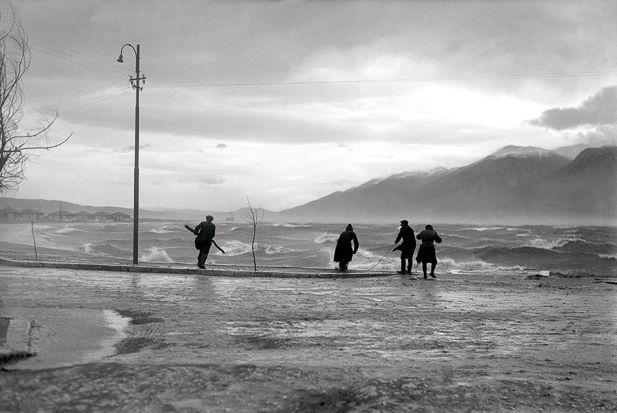 Θύελα στην «Κυρά-Φροσύνη» Iωάννινα, 1930 Φωτ. Βασίλης Κουτσαβέλης Αρχείο Β. Κουτσαβέλη