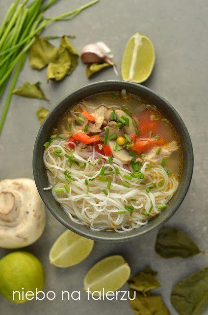 tajska zupa z kurczakiem i mleczkiem koksowym, wspaniały smak i aromat, rozgrzewająca, z dostępnych w sklepach składników.
