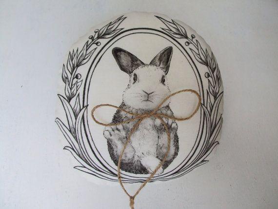 ... bague de mariage avec un lapin mignon. Un coussin de belle bague pour