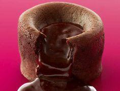 Découvrez la recette du mi-cuit au chocolat de Christophe Michalak, chef pâtissier au Plaza Athénée, et champion du monde de pâtisserie.
