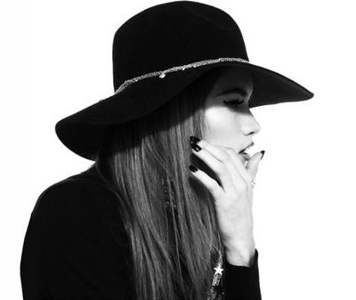 La donna col cappello.   Purchè sia un Borsalino!