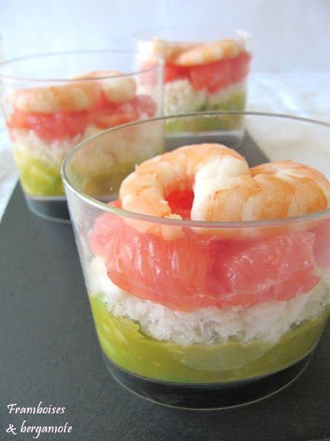 Framboises & bergamote: Verrines avocat, miettes de crabe et pamplemousse              __________________________ Ingrédients : - 3 cuillères à soupe de guacamole - 1 avocat - 1 pamplemousse - 1 boite de chair de crabe (ou à défaut de miettes de surimi) - 8 crevettes - jus de citron - huile d'olive