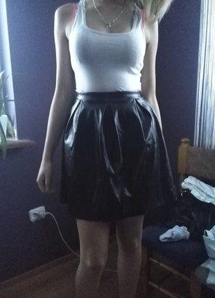 Kup mój przedmiot na #vintedpl http://www.vinted.pl/damska-odziez/spodnice/16489211-czarna-rozkloszowana-skorzana-spodniczka-na-zamek