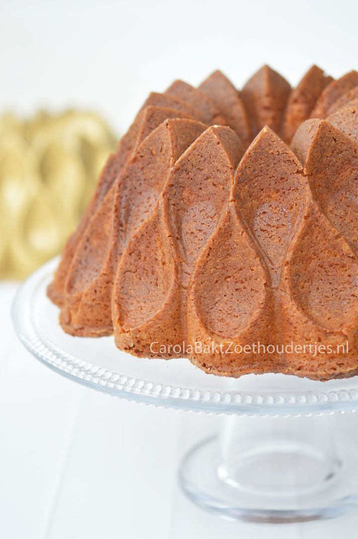 Vanillecake met gecondenseerde melk: 300 gram boter 400 gram bloem 300 gram lichtbruine basterdsuiker 150 gram fijne kristalsuiker 1 blikje gecondenseerde melk 6 eieren 1,5 theelepel bakpoeder 0,5 theelepel zout 2 eetlepels vanille extract of 2 zakjes vanillesuiker aluminiumfolie