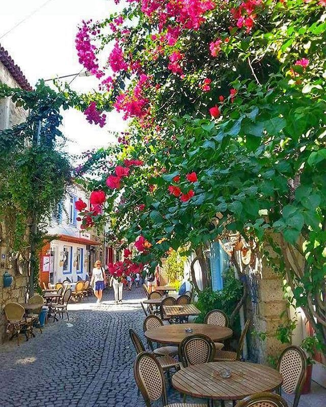 Alacati #www_colors #world_beststreet #canlifotograf#awesome_shots#alacati#turkobjektif#turkey_reward #bns_mobile#frat#renkliobjektif#myworld_in_white #ig_worldclub#fotografheryerde#igglobalclub