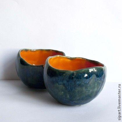 Комплект пиал ` Оранжевый фрукт в голубой шкурке`. Две компактные шаровидные пиалы ручной лепки. Внутри - ярко оранжевая, тропически-знойная блестящая глазурь. Снаружи - мерцающая сине-зелено-голубая томно поблескивающая поверхность.   Скорлупка экзотического фрукта, очень приятная на ощупь.