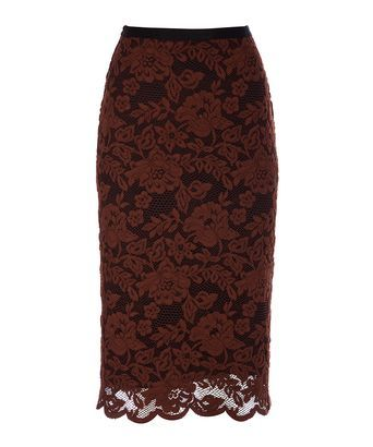 Rok phoebe - Aansluitende hoge taillerok van een stevig roodbruin kant met bloempatroon en een zwarte tricot voering. De rok heeft een schulprand aan de onderzijde, is afgewerkt met rib elastiek in de taille en heeft een blinde rits middenachter. De rok valt tot over de knie.