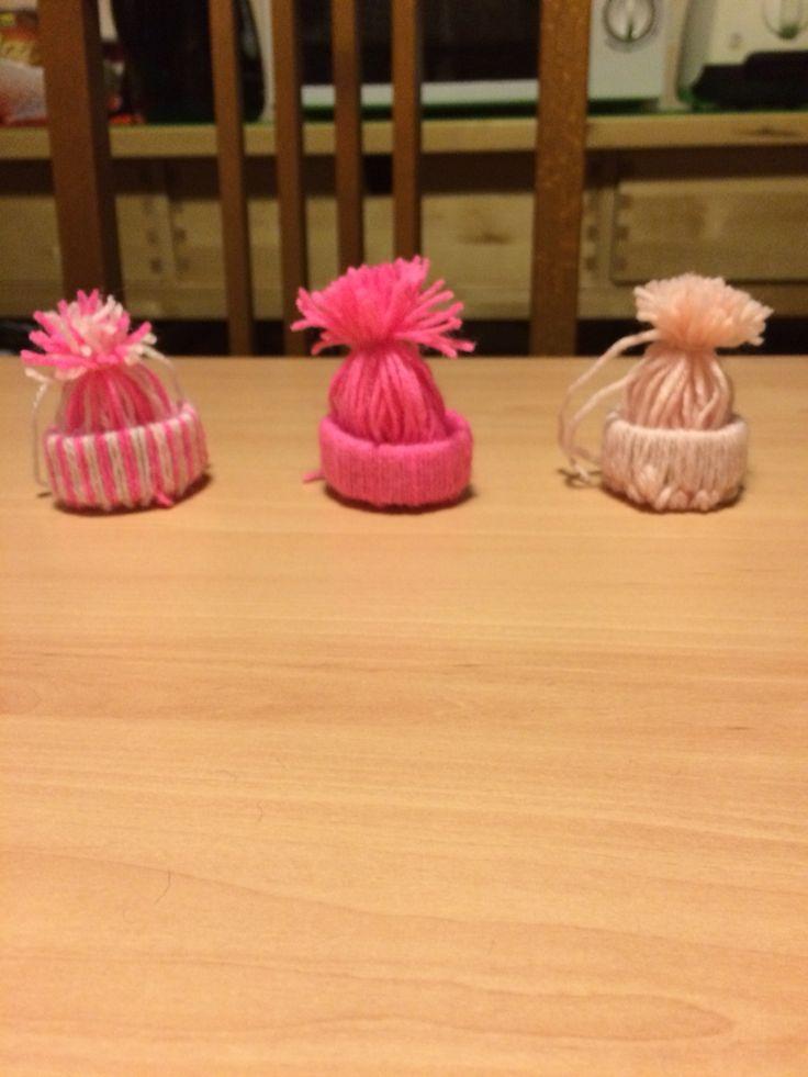 Cappellini con lana e rotoli di carta igienica