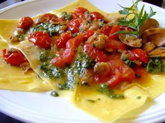 Lasagnetta con vongole, pesto e pomodori confit