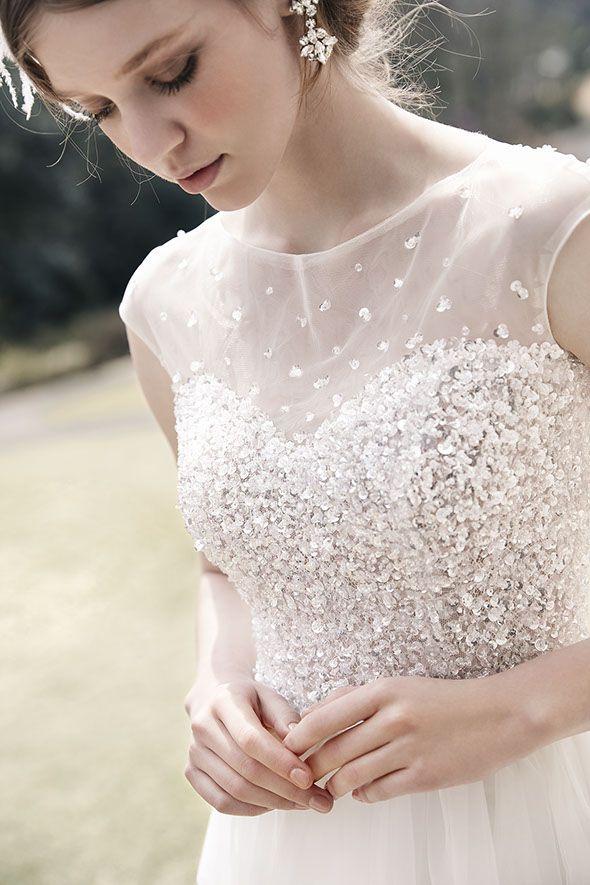 ウェディングドレスNo. DBW-102・110 –ドレスを埋め尽くすビージングとシアーな素材感が華やかにトップスを彩る。ほどよい肌見せもフォトジェニック。
