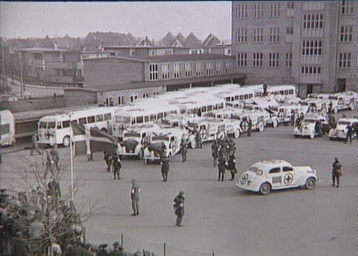 Bernadotte-aktionen. Svenske Røde Kors busser og personbiler gør holdt på Munkebjergskolen i Odense på vej til Tyskland for at hente skandinaviske fanger fra koncentrationslejre i april 1945  Tidsperiode og årstal Datering:apr-45 - See more at: http://samlinger.natmus.dk/FHM/27857#sthash.npzp4HHC.dpuf