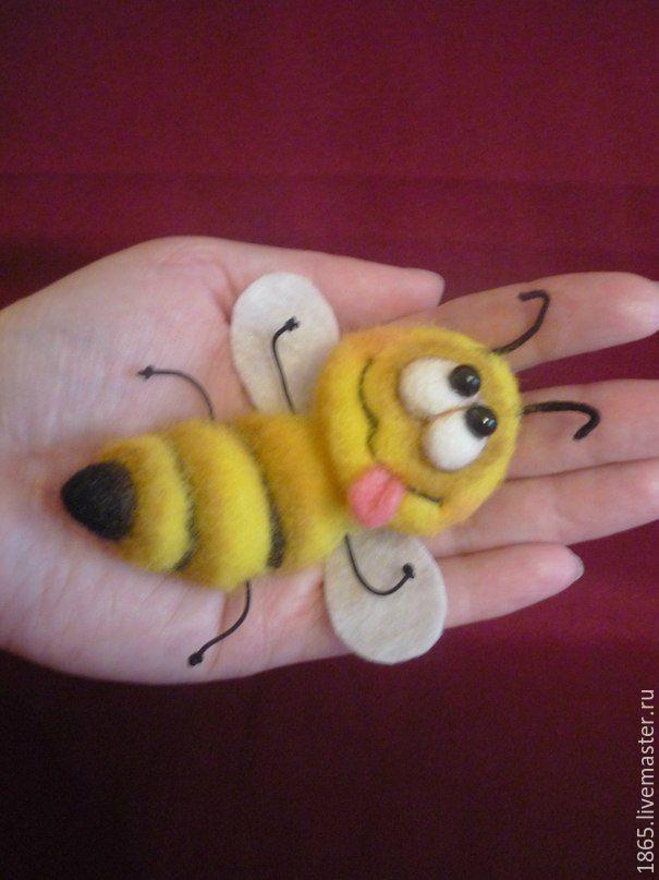 """Купить Брошь """"Пчела ЧУЧА"""" - желтый, пчела, Сухое валяние, брошь ручной работы"""