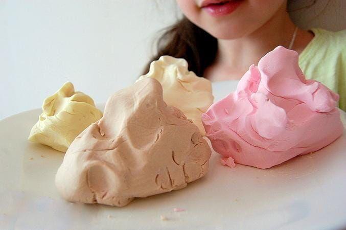 penzamama.ru - Consiste de 2 partes de bicarbonato, 1 parte de amido de milho e 1¼ parte de água. Ferva esta mistura até que se forme uma massa pesada. Descanse, e seu filho pode brincar com essa argila.