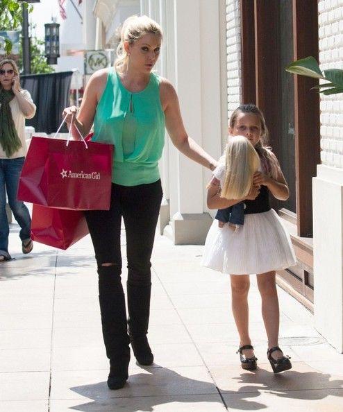 Shanna Moakler - Shanna Moakler Takes Her Daughter Shopping