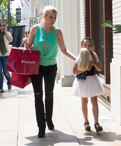 Shanna Moakler - Shanna Moakler Takes Her Daughter Shopping
