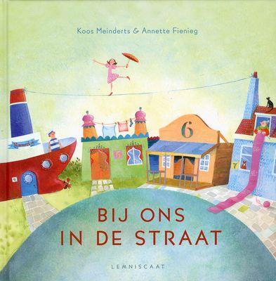 Bij ons in de straat ((2012). Auteur: Koos Meinderts; Annette Fienieg.