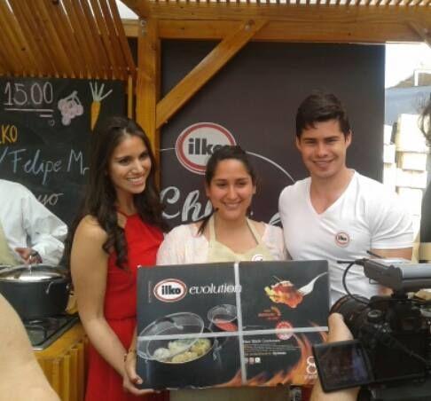 """Catalina Cerda, nuestra ganadora de """"Sé Chef por un día"""" recibiendo una increíble Batería de Cocina Ilko de regalo"""