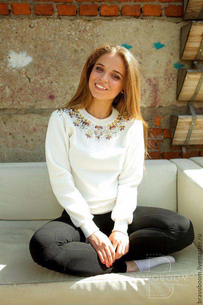 Купить Бежевый свитер(свитшот) айвори, расшитый стразами - бежевый, белый…