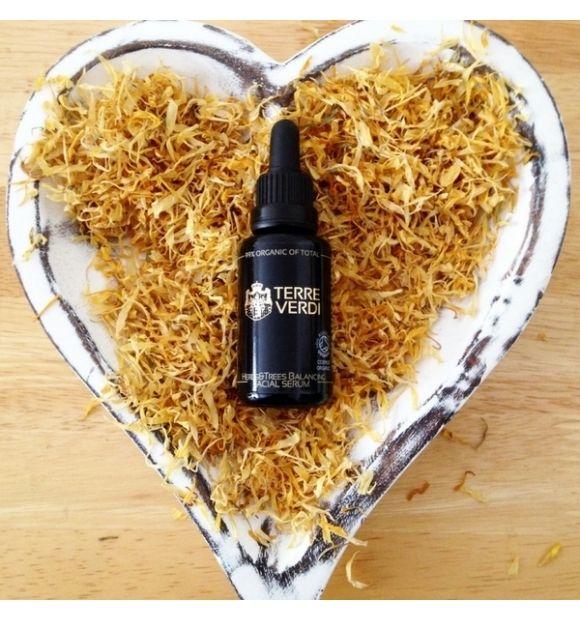 Serum Herbs&Trees przywracające równowagę skórze twarzy - Terre Verdi, 30 ml  Serum Herbs&Trees dzięki ściągającym właściwościom olejków z gernium i drzewa herbacianego przynosi przynosi ulgę podrażnionej skórze i łagodzi zaczerwienienia. Skóra odzyskuje naturalną równowagę,a tym samym zdrowy i piękny wygląd.